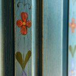 Detaliu uşă pictată manual în cuib