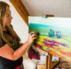 Artista Galina Vieru pictând